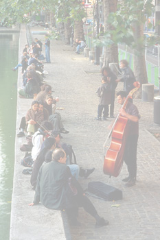 Playing music next to Canal St. Martin © www.davidphenry.com