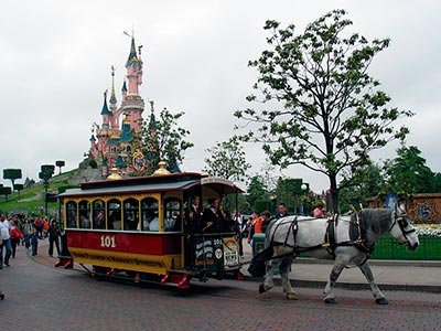 Photo of the Castle and a horse tram by: http://flickr.com/photos/25222005@N08